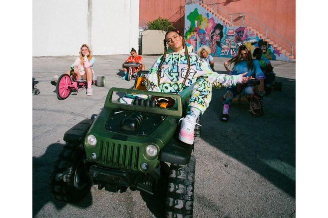 Karol G en la Comuna 13, una visita de regalos y mercados